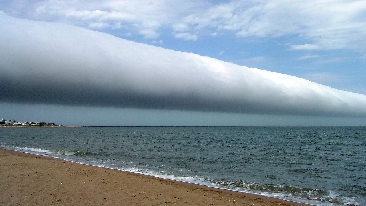 photo: Danielaeberl;link: https://commons.wikimedia.org/wiki/File:Roll-cloud.JPG;licence: cc;desc: Roll cloud seen on January 25th 2009 in in Las Olas Beach, Uruguay.;