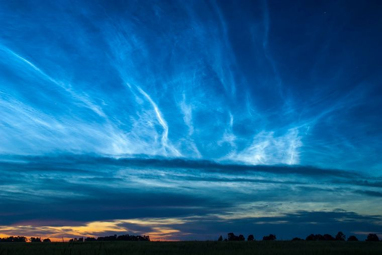photo:Kairo Kiitsak;author:Kairo Kiitsak;licence:cc;link:https://commons.wikimedia.org/w/index.php?title=User:KairoK&action=edit&redlink=1;desc: Noctilucent clouds over Simuna, Estonia.;