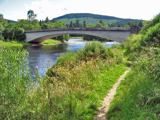 photo:Alan Findlay;author:Alan Findlay;licence:cc;link:https://commons.wikimedia.org/wiki/File:Bridge_over_the_Dee_at_Aboyne_-geograph.org.uk-_988538.jpg;description: Bridge over the Dee at Aboyne;
