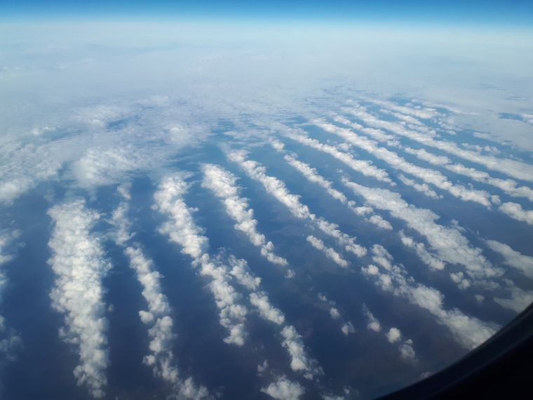 photo: Mikael Häggström;link: https://en.wikipedia.org/wiki/Stratocumulus_cloud#/media/File:Stratocumulus_undulatus.jpg;licence: cc;desc: Stratocumulus undulatus clouds, viewed from airplane.