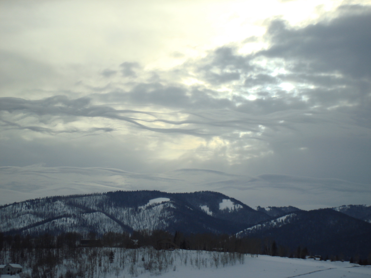 photo: Djclimber;link: https://en.wikipedia.org/wiki/Stratocumulus_cloud#/media/File:Stratocumulus_lenticularis_2.jpg;licence: cc;desc: Stratocumulus lenticularis clouds in Jackson, Wyoming, USA.;