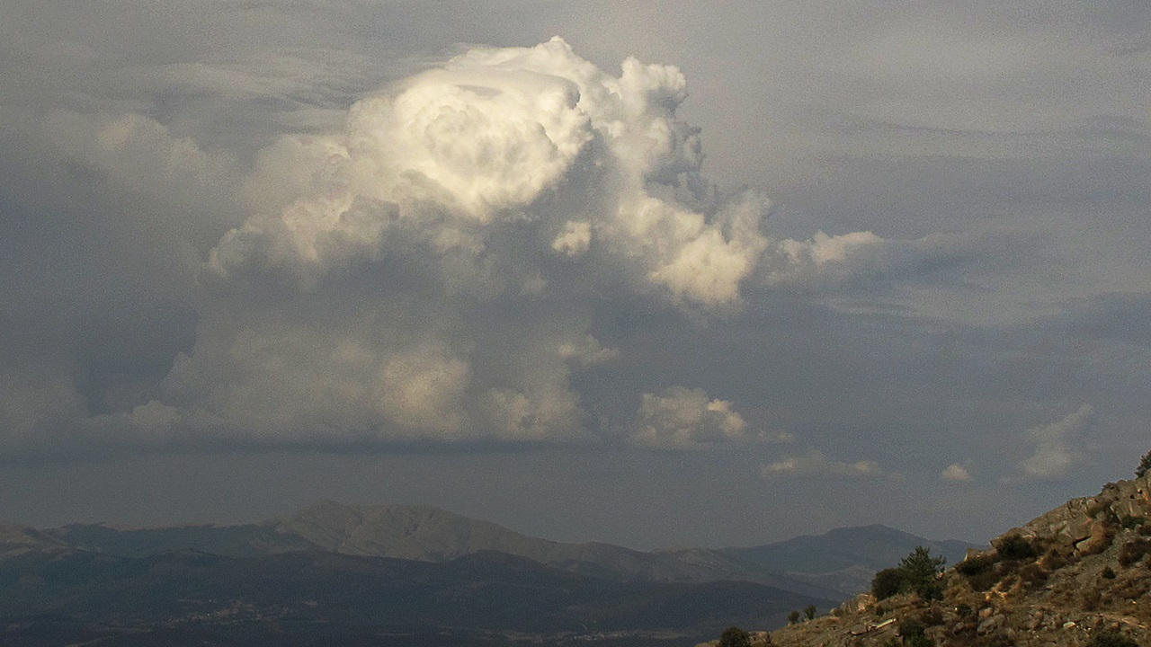 photo: jacinta lluch valero;link: https://www.flickr.com/photos/70626035@N00/15115948415;desc: Cumulonimbus cloud type a low level cloud.;licence: cc