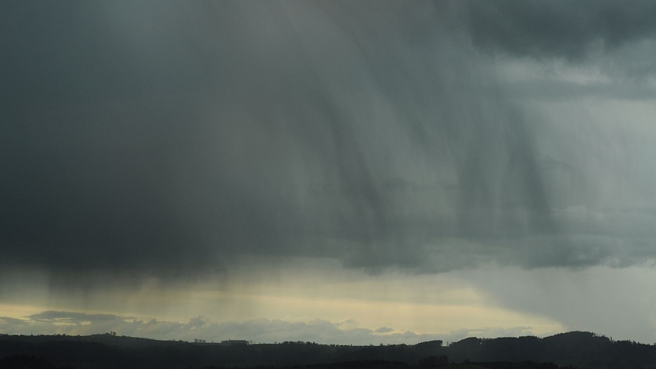 photo: LivingShadow;desc: Nimbostratus mid level cloud type.;link: https://commons.wikimedia.org/wiki/File:Nimbostratus_virga_grey_with_hills.jpg;licence: cc
