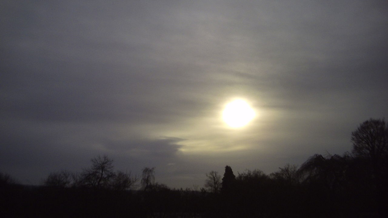 photo: The Great Cloudwatcher;desc: Altostratus cloud type mid level classification.;link: https://commons.wikimedia.org/wiki/File:Altostratus_translucidus.jpg;licence: cc